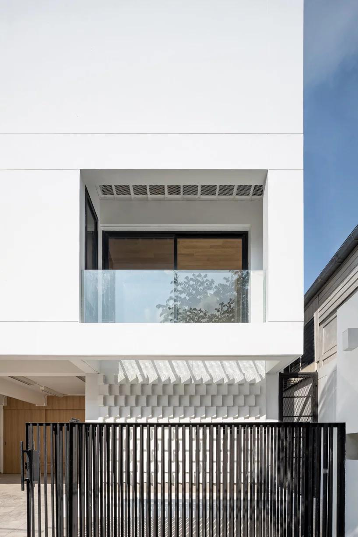 Fattstudio Wraps Bangson House In Bangkok In White Shell Of Concrete Brick Di 2020