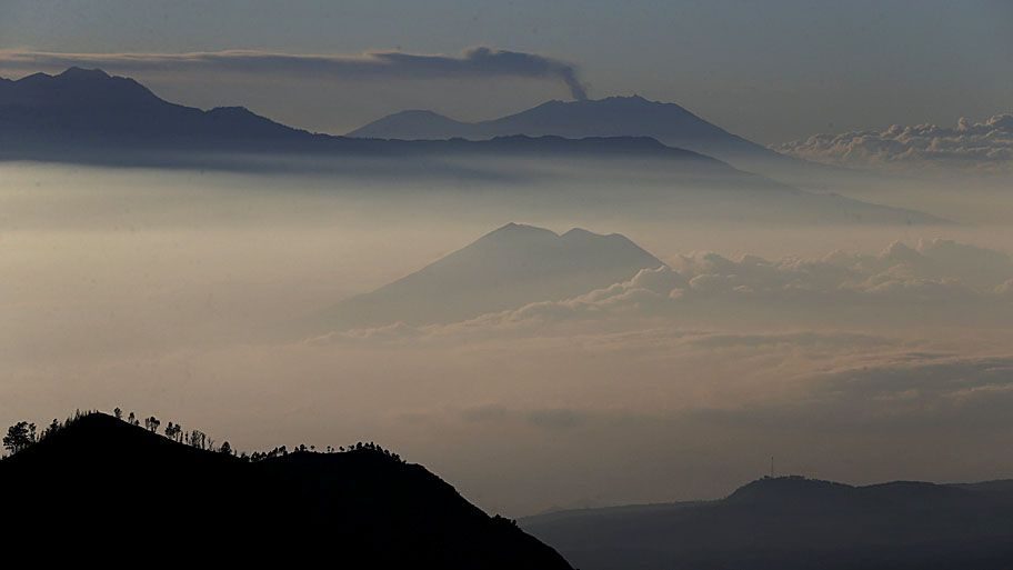 - Vulcão que fica a 3332 metros de altitude, na província de Java Oriental, na Indonésia é visto espelindo cinzas. Foto: Beawiharta / Reuters