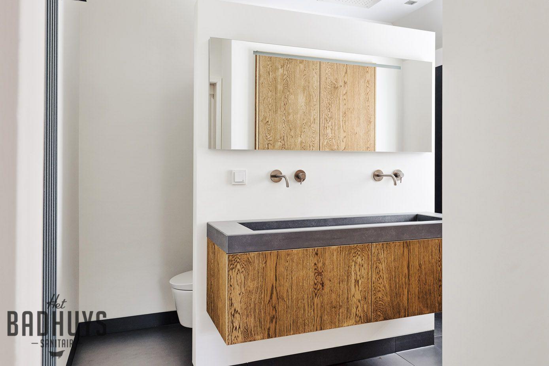 Grote Tegels Badkamer : Moderne badkamer met grote tegels en inbouwkast het badhuys