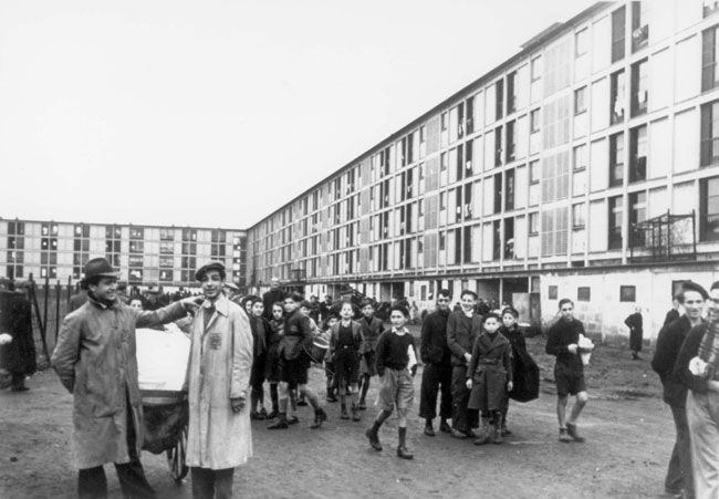 3 de diciembre 1942, judíos en una asamblea en el campo de detención de Drancy, en Francia. Desde ese lugar los judíos fueron enviados a campos de trabajos forzados y de exterminio. Desde junio de 1942 hasta Julio de 1944, 64 transportes con 64.700 franceses, polacos y alemanes judíos dejaron Drancy, 61 hacia Auschwitz y tres para Sobibor. Drancy fue liberado el 17 de agosto 1944.