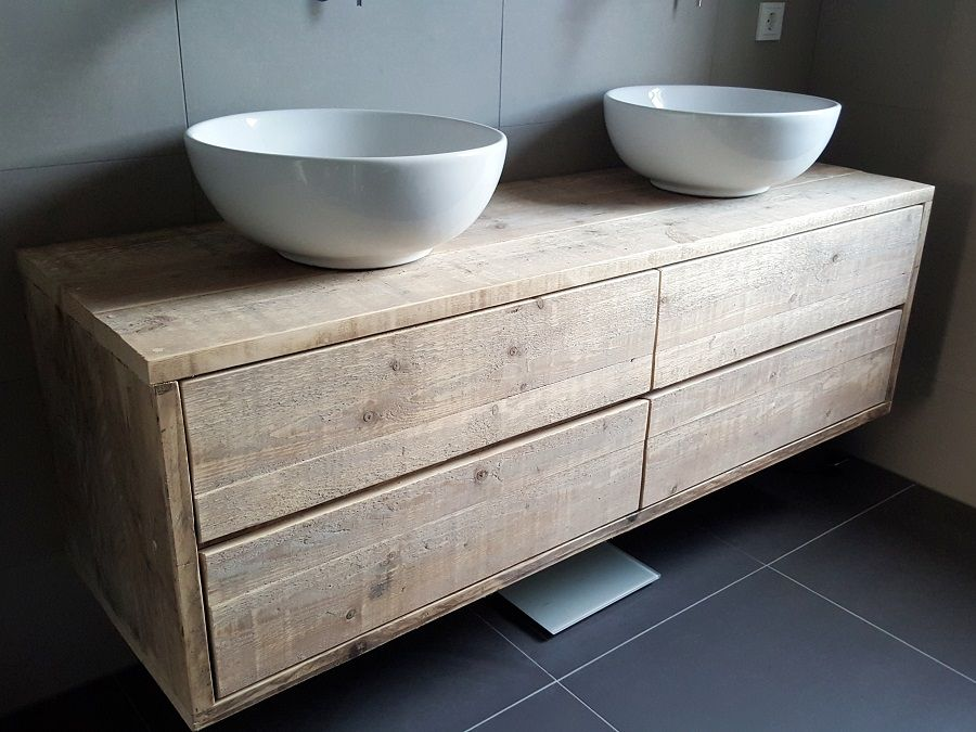een zwevend of hangend badkamermeubel van steigerhout met