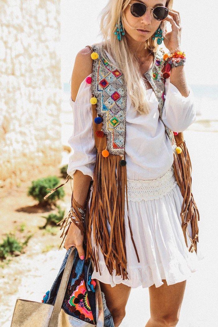 Bootcut Jeans mit Hippiebluse und Fellweste im Bohostyle