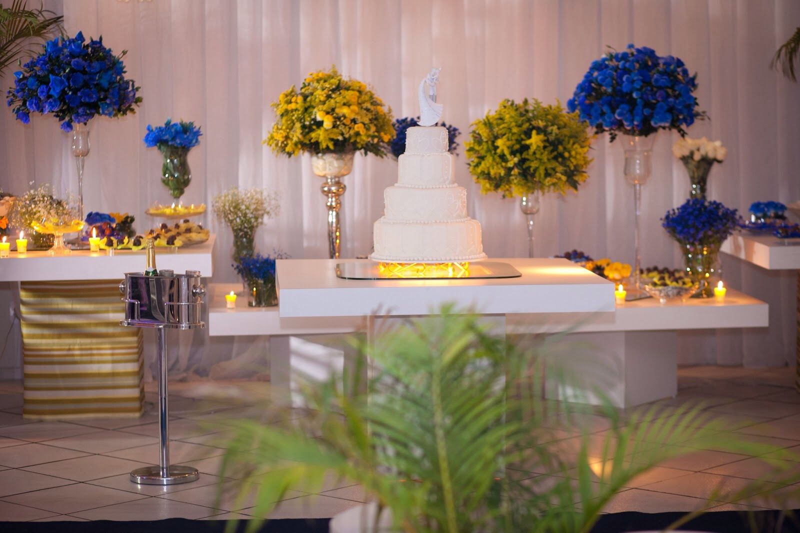 Mesa do bolo e doces azul e amarelo Casamento azul e suas combinações Wedding, Chelsea  # Enfeites De Mesa Para Casamento Azul E Branco