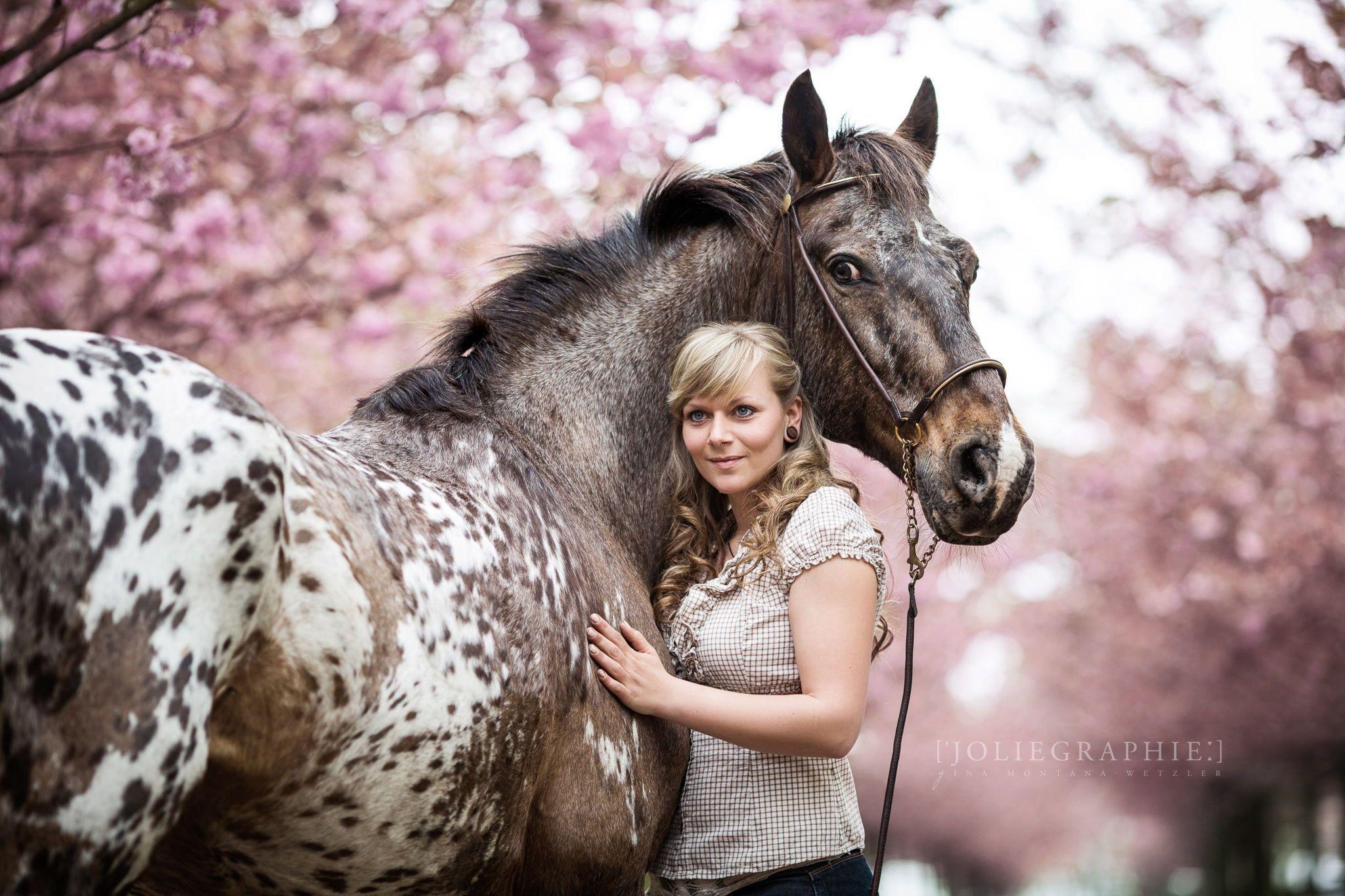 Frau und Pferd in Kirschblüten / Woman Horse in cherry