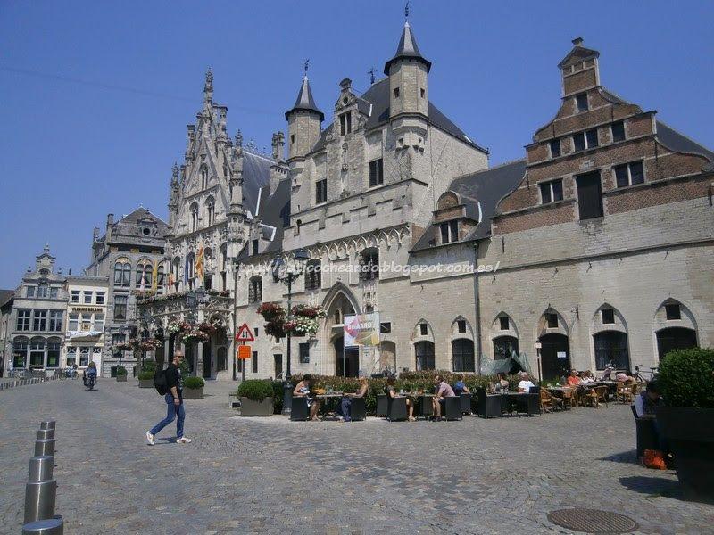 Malinas-Mechelen: Entrando el la Grote Markt, a la izda el Edificio del Ayuntamiento-el Stadhius, en el centro el campanario (inacabado) y a la dcha la Lonja de los paños