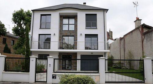 Une vaste maison sur trois niveaux