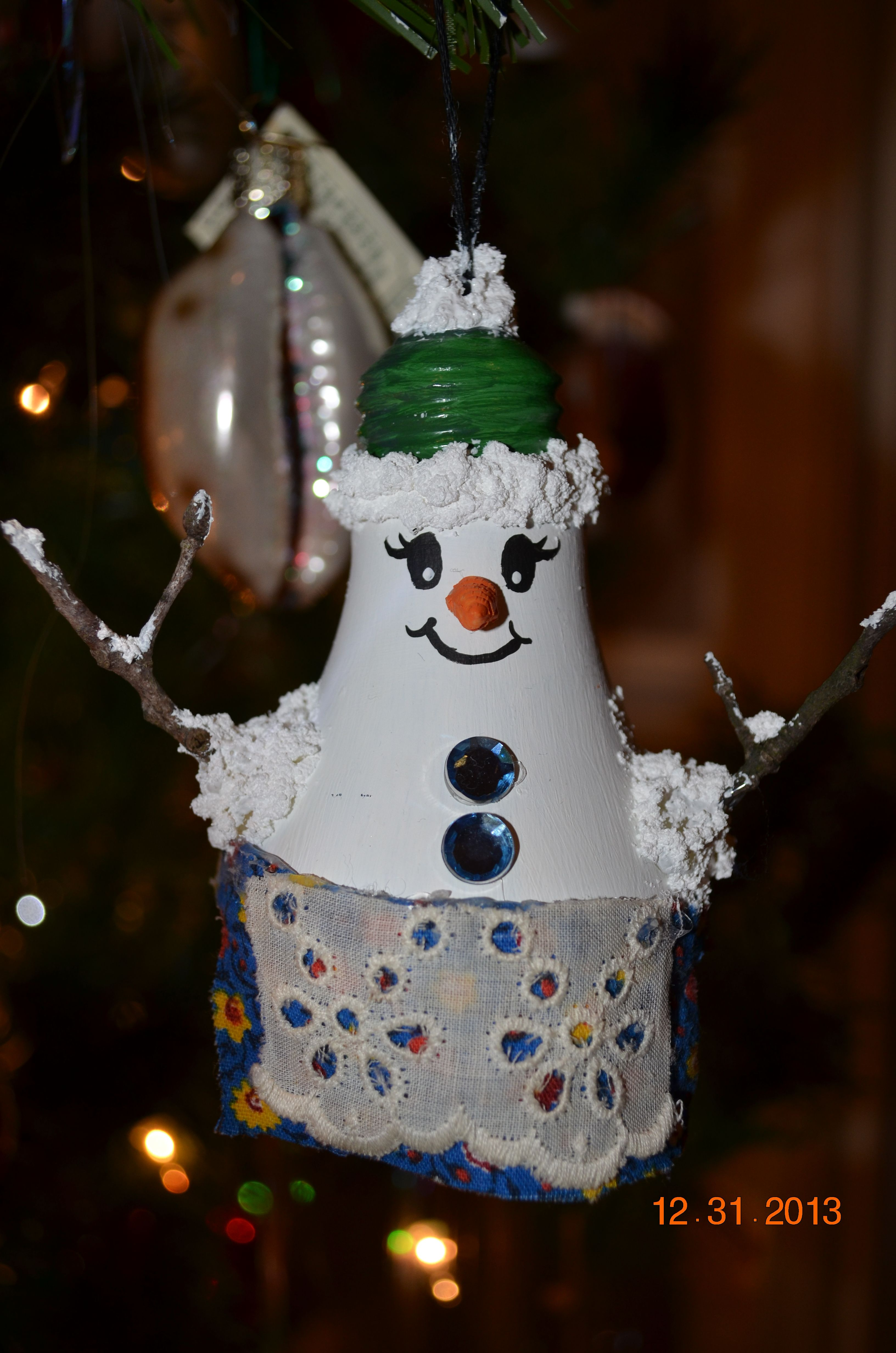 I love holiday crafts! This snow woman was made out of a light bulb :)