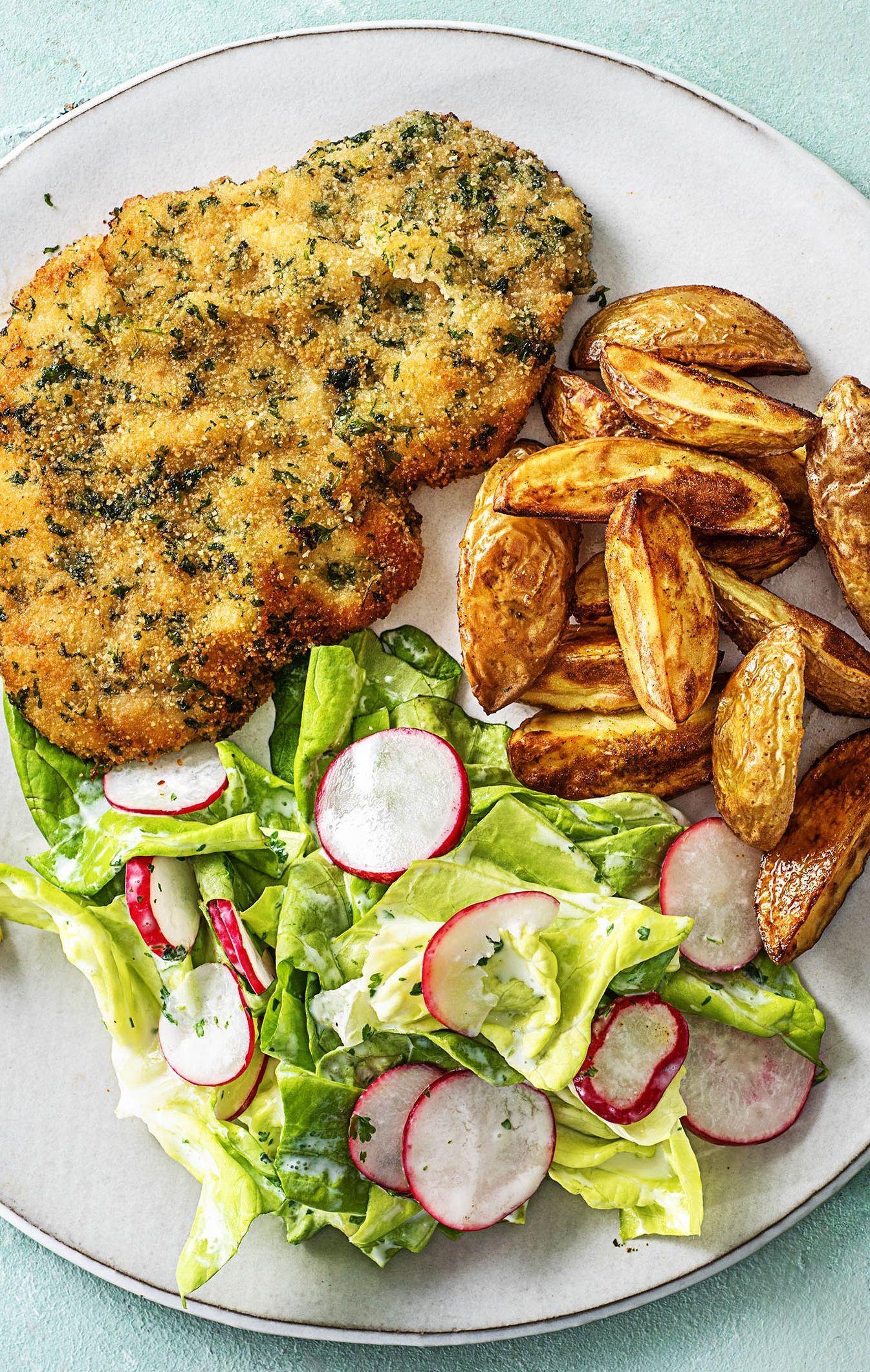Knuspriges Kräuterschnitzel dazu Ofenkartoffeln und Kopfsalat mit Radieschen #carneconpapas