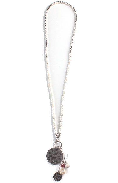 456b92ddccb7 Collar Árabe Blanco - Collar largo decorado con perlas blancas y plateadas  con doble cierre de mosquetón. Colgante con diferentes abalorios.