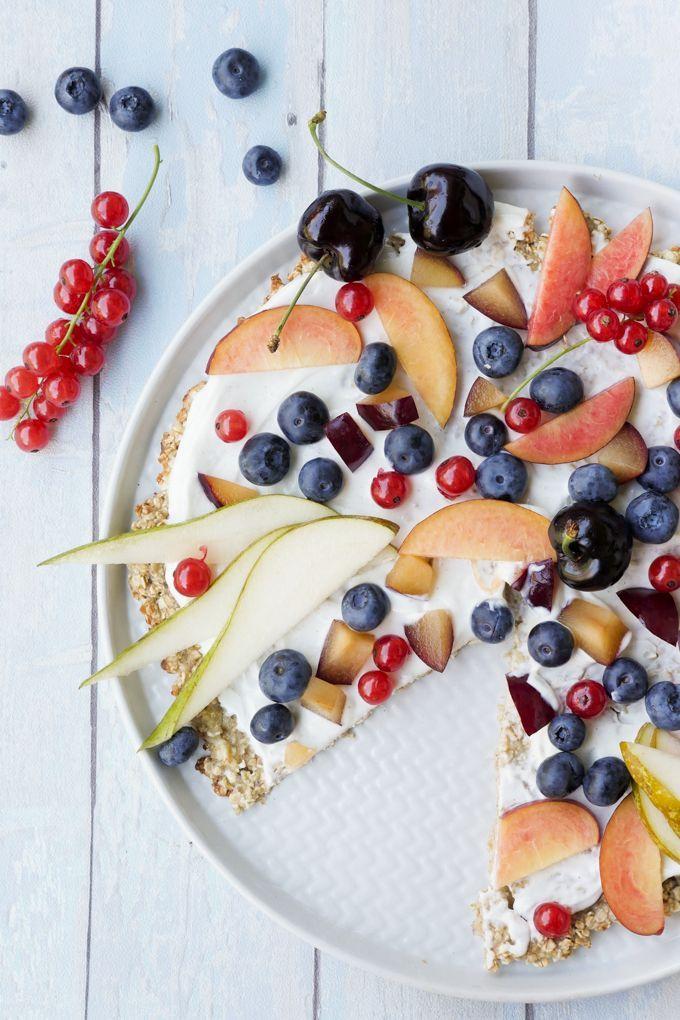Für die Frühstückspizza braucht ihr gerade einmal 3 Zutaten und 10 Minuten Zeit. Belegt wird die Pizza mit frischen Früchten und einer Joghurt-Creme
