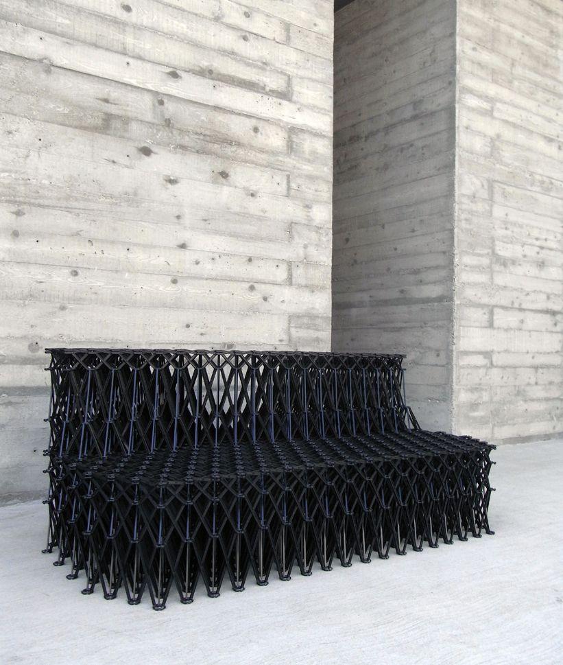Ahrend XXXX sofa van Yuya Ushida, gemaakt van glasvezel versterkt polyamide, flexibel in hoogte en breedte, dit ontwerp raakt me en ik blijf kijken steeds hetzelfde element en de herhaling, geweldig in een openbare ruimte of buiten als loungemeubel.