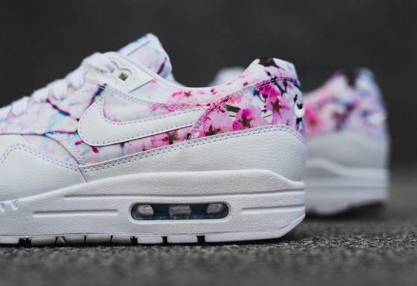 05abfdca5a6 Tênis fashion da Nike vem com estampa de flor de cerejeira. Desejo ...