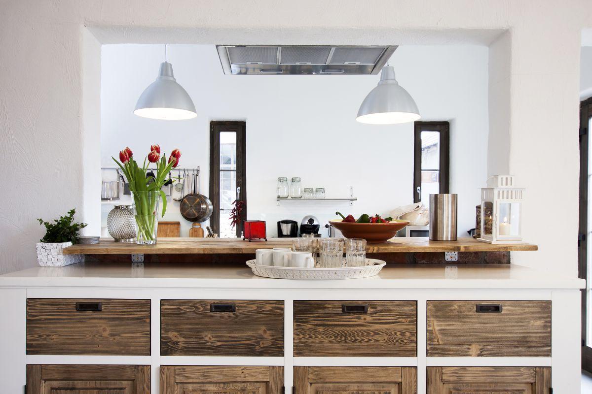Das brauchen wir auch: Weiße Küchentheke mit vielen Holzschubladen ...