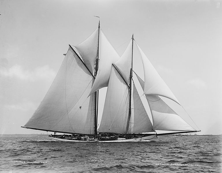 The Schooner Mayflower, English: William Amory Gardner's compromise centreboard schooner Mayflower (Edward Burgess design, 1886) had previously defended the America's Cup with a sloop rig in 1886.