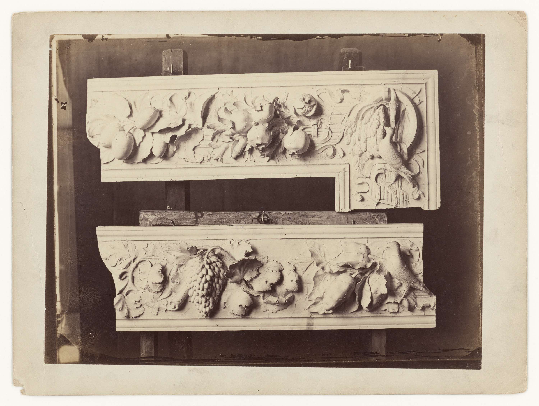 anoniem | Opname van pleistermodellen van reliëfs van een monument in Italië, attributed to Gustave Eugène Chauffourier, c. 1857 - c. 1875 |