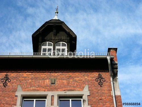 Dachgaube und liebevoll restaurierte Fassade des Ortsgericht in Wißmar bei Gießen in Mittelhessen