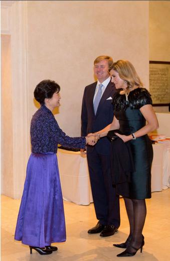 Reina Maxima, saluda a la Presidenta de Korea del Sur, Park Geun Hye, en presencia de su esposo el Rey Guillermo Alejandro