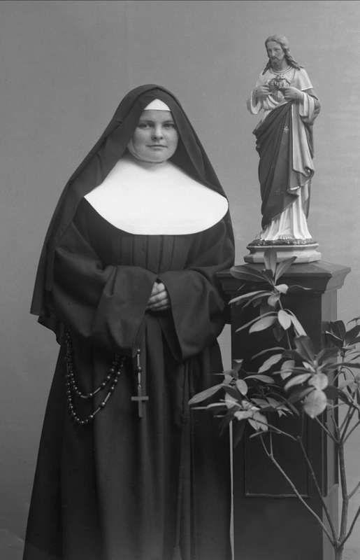 Digitalt Museum - Portrett, nonne, søster Regina.