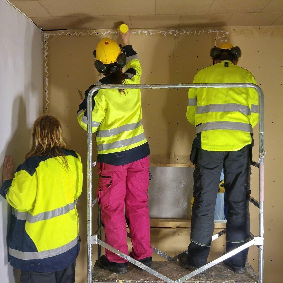 Pinkopahvitusta huokolevylle maalarimestari Järvisen menetelmällä - liimat saumakohtiin ja pinkkari seinään! #pinkopahvi #liimabileet #spännpapp #byggnadsvårdipraktiken #restaurointi #rakennusrestaurointi #artesaani