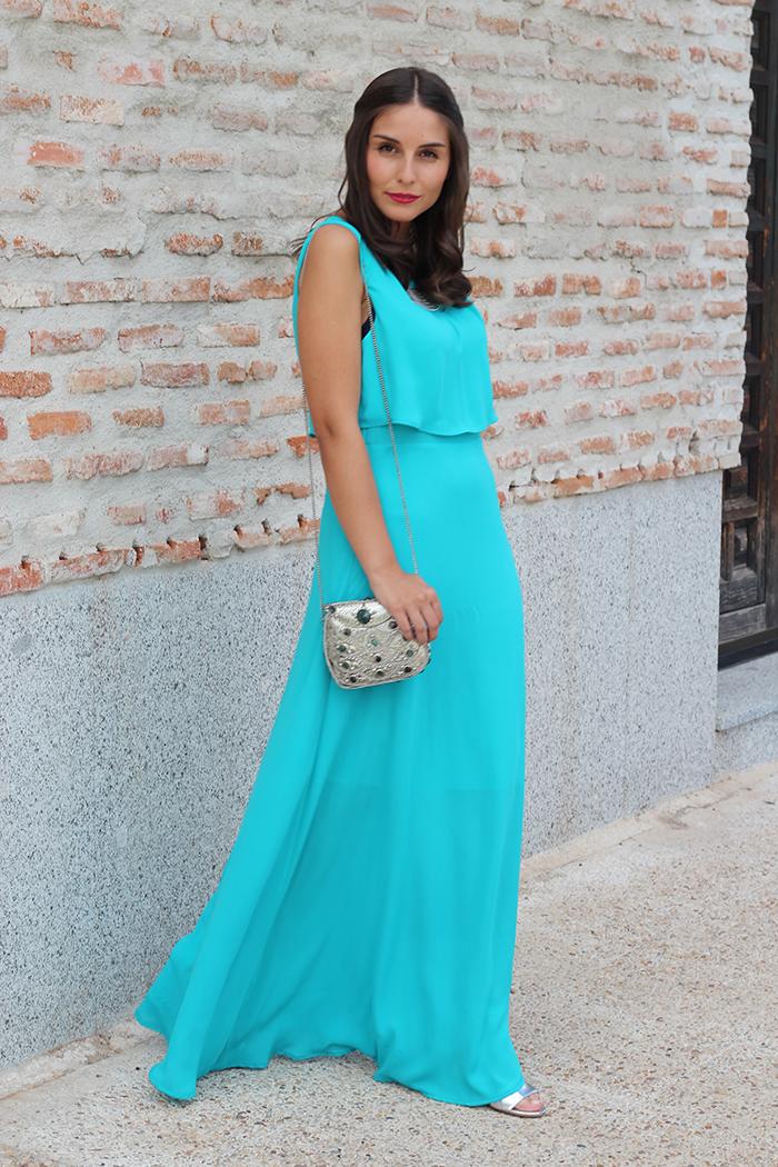 Vestido azul con tacones plateados