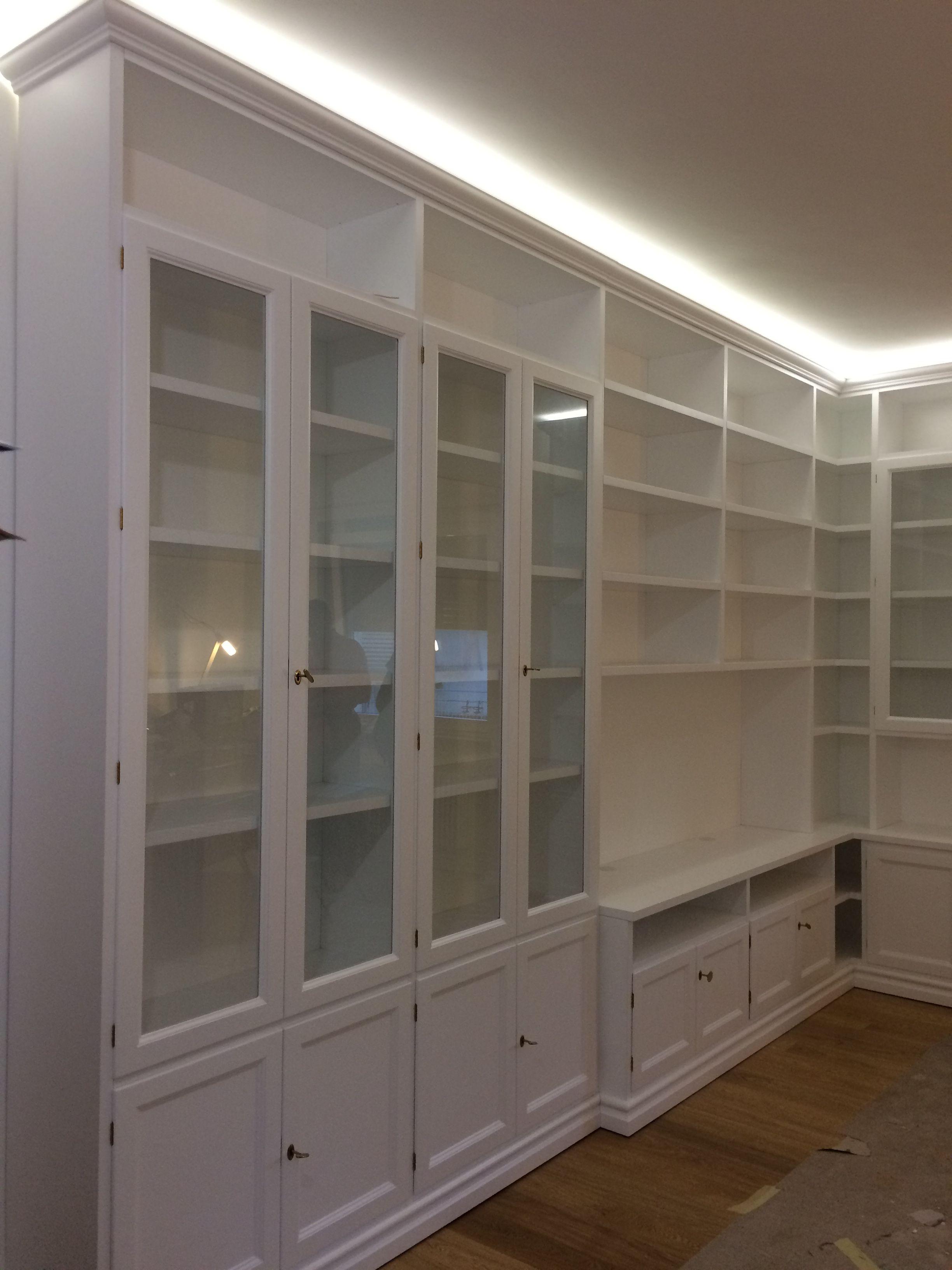 Libreria Bianca Arredamento.Una Libreria Su Misura Laccata Bianca Con Parti A Giorno E