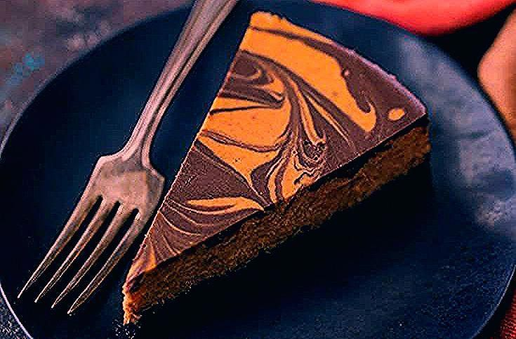 Pumpkin Chocolate Swirl Cheesecake: This was one of the BEST cheesecakes I have ever tried. The combination of earthy pumpkin, warm spice, and deep, dark chocolate was incredible! #pumpkincheesecake #pumpkin #chocolate #marble #swirl #cheesecake #easy #newyorkstyle #recipe #best #cake #philadelphia #oreo #desserts #epic #fromscratch #homemade #video #filling #creamy #darkchocolate #halloween #fall #thanksgiving #ideas #cinnamon #ginger #bakingamoment #philadelphiapumpkincheesecake