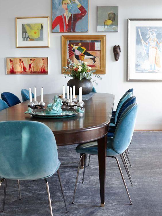 Blaue und türkis gepolsterte Stühle schaffen eine Stimmung in diesem ...