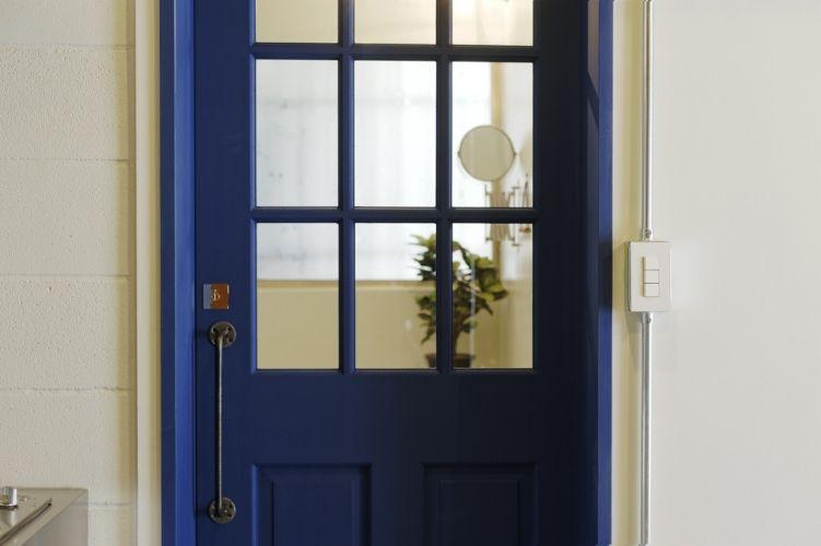 ドアにはノブ と考えてしまいがちだけど こんなゴツめのハンドルを