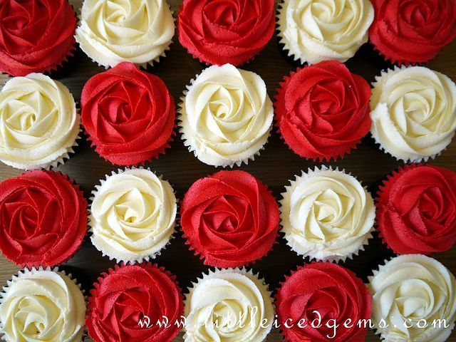 Alice in Wonderland Cupcakes red roses