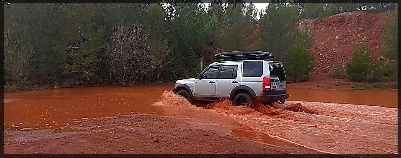 Land Rover 4x4 Discovery 3 off road in mud. SUV-34. Week ...
