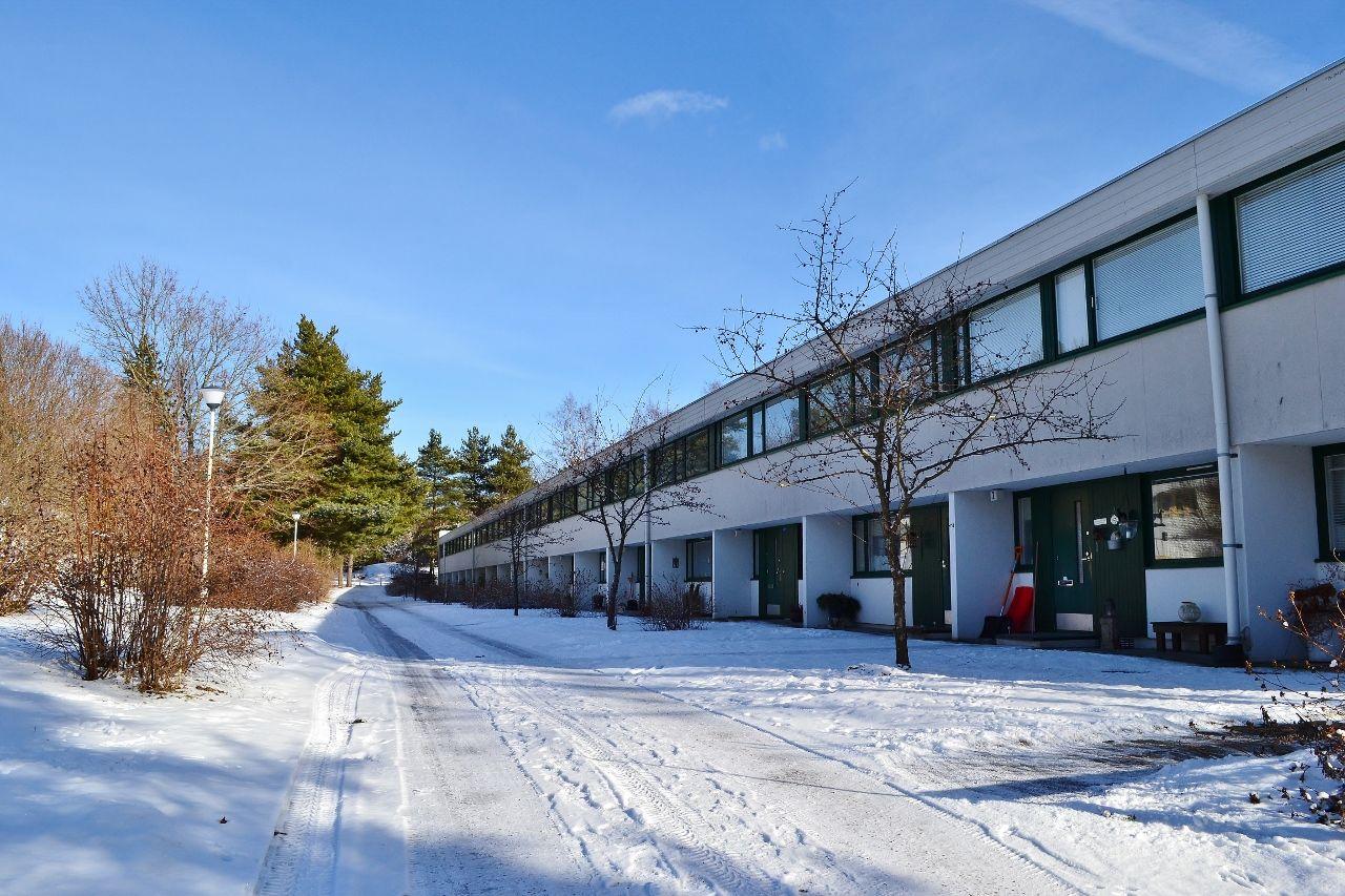 Porslahdentie, Helsinki Raikas vaaleapintainen yhtiö hyvien palveluiden ja luonnon äärellä. #tuulafriman #kiinteistönvälitys #lkv #helsinki #vuosaari #porslahdentie #kaunis #kot