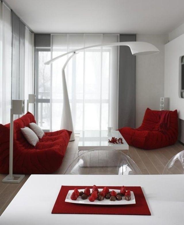 Rot Weiß Mit Schönen Durchsichtigen Stühlen Und Tollem Couchtisch,  Wohnzimmer Moderne Einrichtung Rote Sitzmöbel Weiße Stehlampe Couchtisch  Essbereich