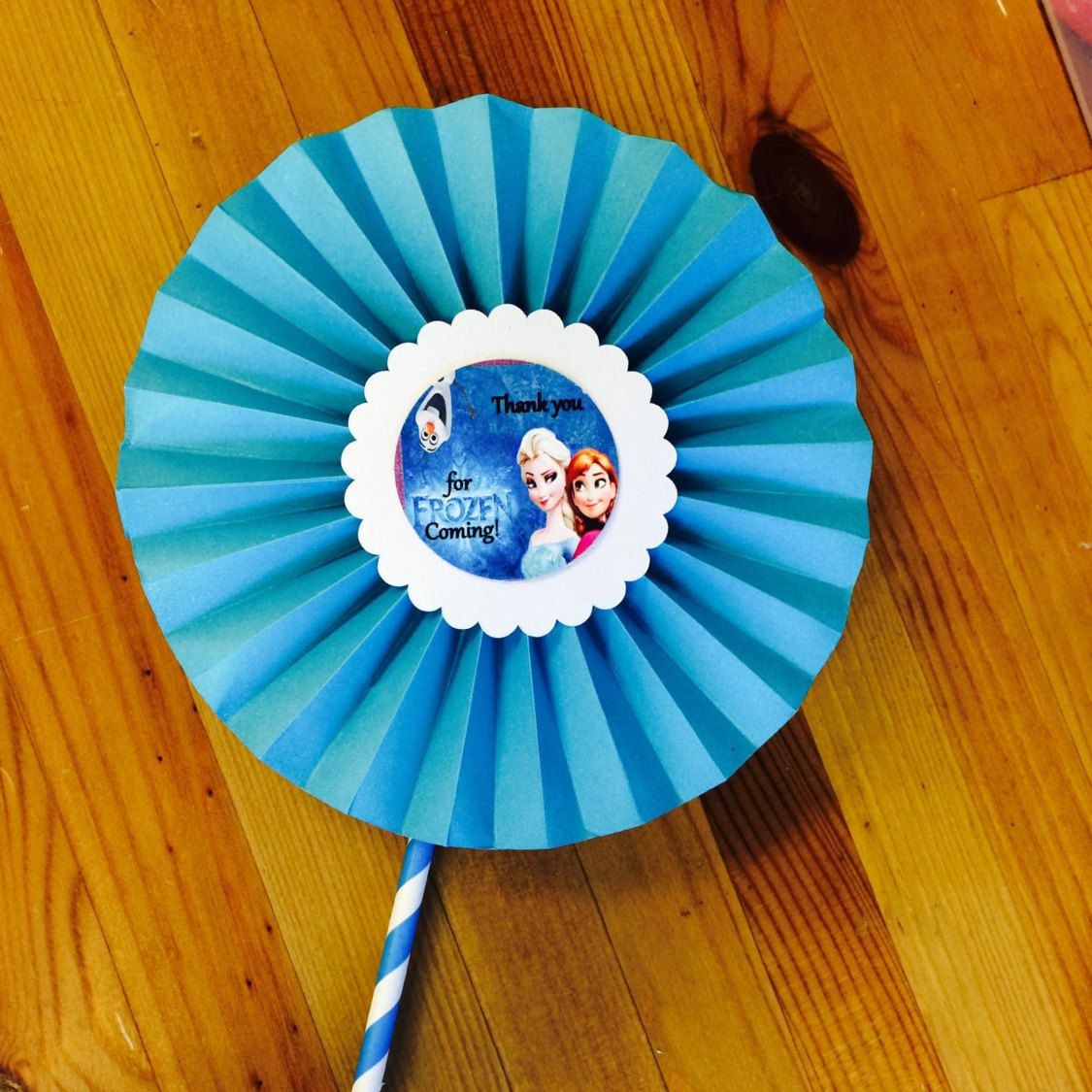 Frozen Paper Rosettes!! Awesome ideas!!  Follow us on Instagram @DecoraEvents Contact us at: decoraevents2010@gmail.com