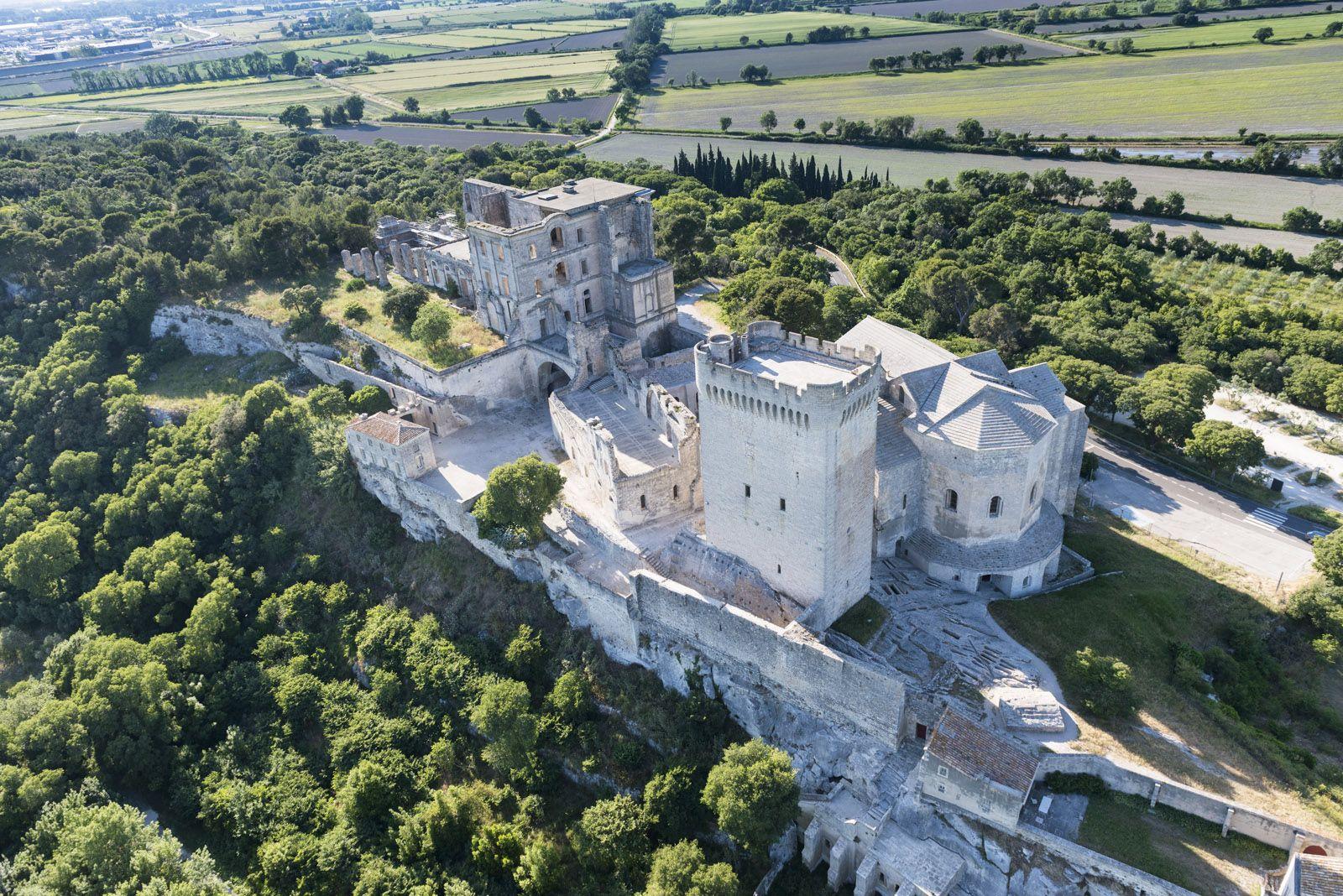 L Abbaye De Montmajour Entre Arles Et Fontvieille Abbaye Patrimoine Mondial Patrimoine