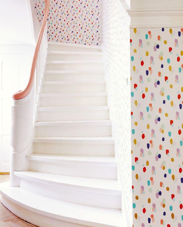 mit mattbunten und metallicgoldenen farbklecksen auf glattem hellem untergrund f ngt die. Black Bedroom Furniture Sets. Home Design Ideas