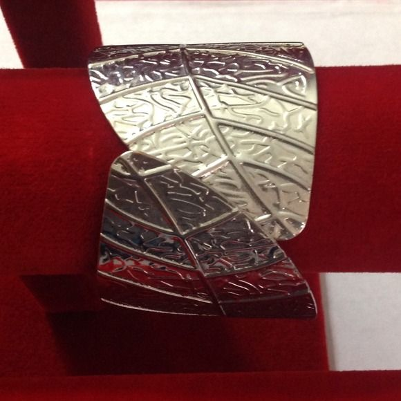 Silver leaf cuff In great condition. Opens at one end to fit any size. Forever 21 Jewelry