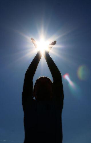¿Conoces los beneficios del #sol?  - Estimula la síntesis de vitamina D ayudando así a fortalecer los huesos - Disminuye la presión sanguínea - Mejora el aspecto de la piel en algunas afecciones dermatológicas (psoriasis, acné…) - Aumenta niveles de serotonina mejorando así el estado de ánimo - Aumenta las defensas del organismo Eso sí, ¡SIEMPRE CON PRECAUCIÓN! www.farmaciahuguet.com/esp/consejos.php