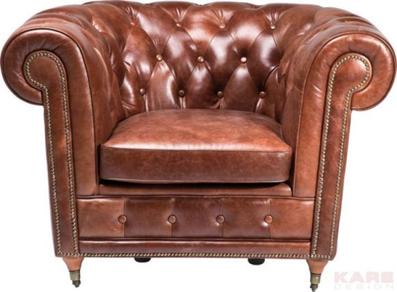"""Dieser Ledersessel von KARE DESIGN trägt nicht umsonst den Namen """"Oxford"""": Das imposante Design des Sitzmöbels erinnert an die charaktervollen Einrichtungen Englands! Auf massiven Kiefernbeinen ruht eine Sitzfläche mit einem weichem Polyurethanschaumkern. Diese wurde mit einem Bezug aus echtem Rindleder in tiefem Braun bezogen. Das unvergleichlich weiche Gefühl dieser natürlichen Oberfläche genießen Sie jedes Mal, wenn Sie sich auf Ihrem neuen Sessel niederlassen.<"""