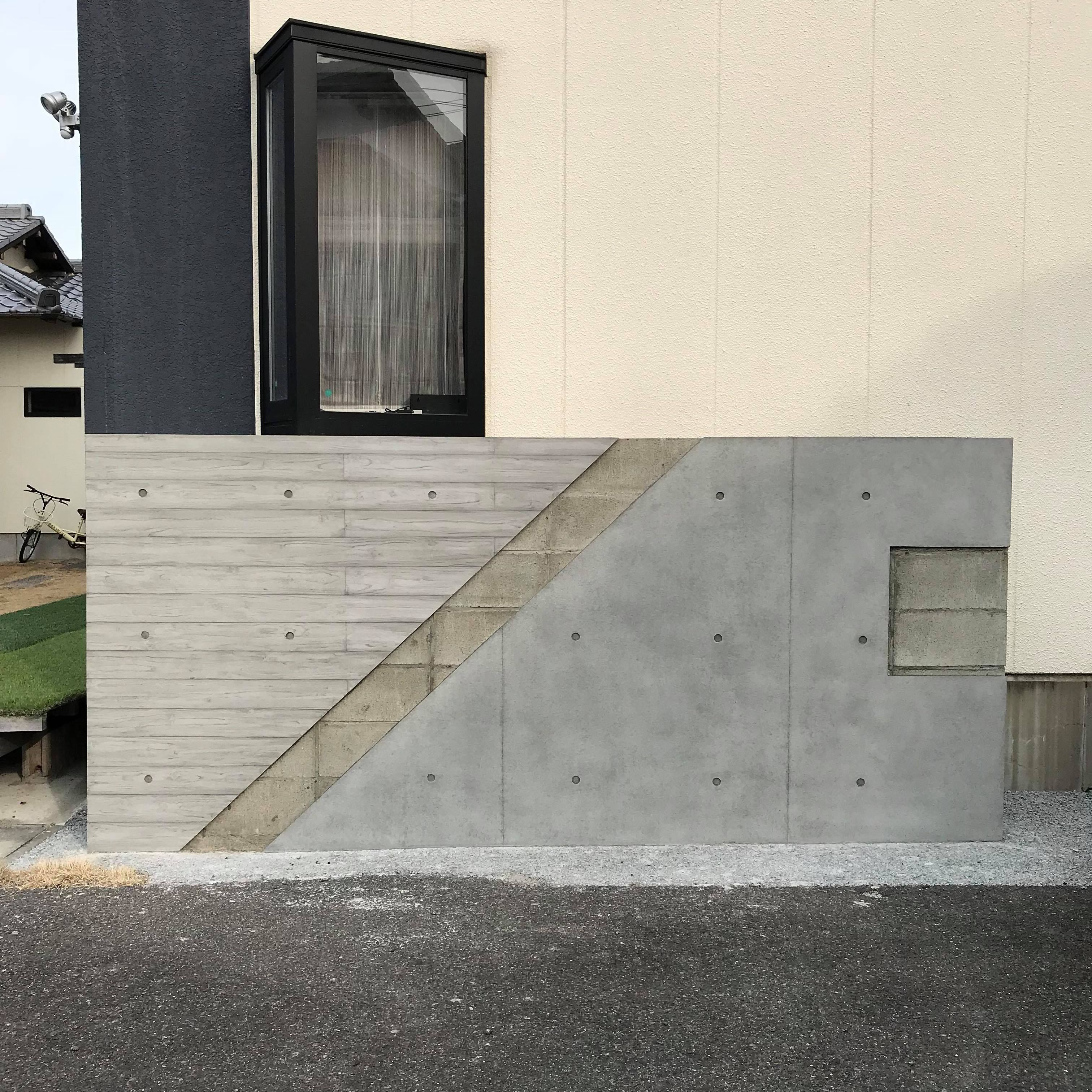 打ち放しコンクリートの擁壁が杉板模様に 打ち放し色合わせ 価格