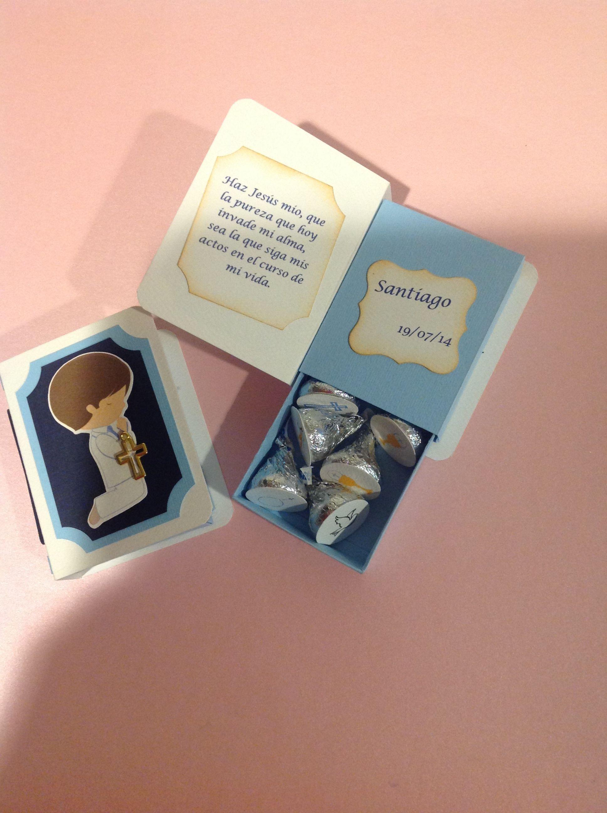 Cajita En Forma De Libro Con Kisses Ideal Para Primera Comunión Recuerdos Creativos Recuerdos De Bautizo Cajitas Para Dulces