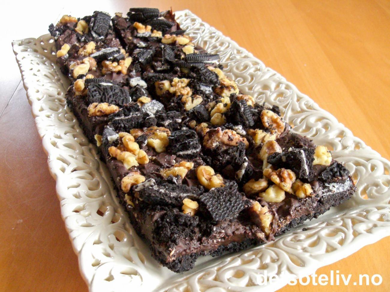 """Herlige Oreokjeks = Herlige amerikanske kaker!!! """"Oreo Bars"""" er en krysning av konfekt og kake og inneholder mye mørk sjokolade! Oppskriften passer til liten langpanne. Se også """"Oreo Decadence Bars""""."""