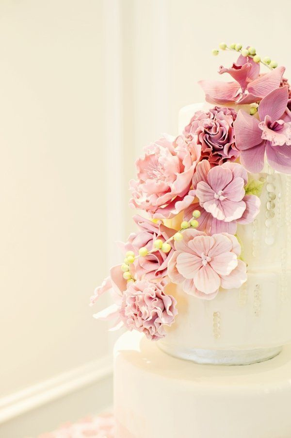 Such a pretty cascade of cake flowers! Image by Vasia Photography via Style Me Pretty
