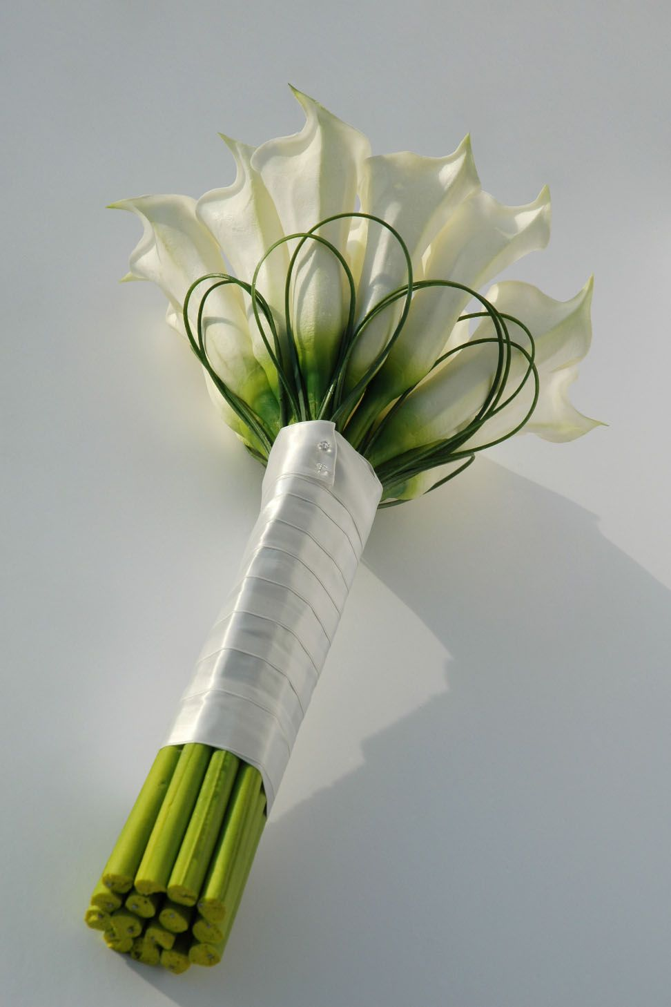 Love Lillies And How Simple This Is Calla Lillies Wedding Diy Bridal Bouquet Calla Lily Bouquet Wedding