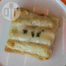 De klassieke combinatie van witte asperges met ham wordt verwerkt in een heerlijk lunchgerecht: asperges op brood! Gebruik elke soort kaas die je wilt, zolang het maar makkelijk smelt.