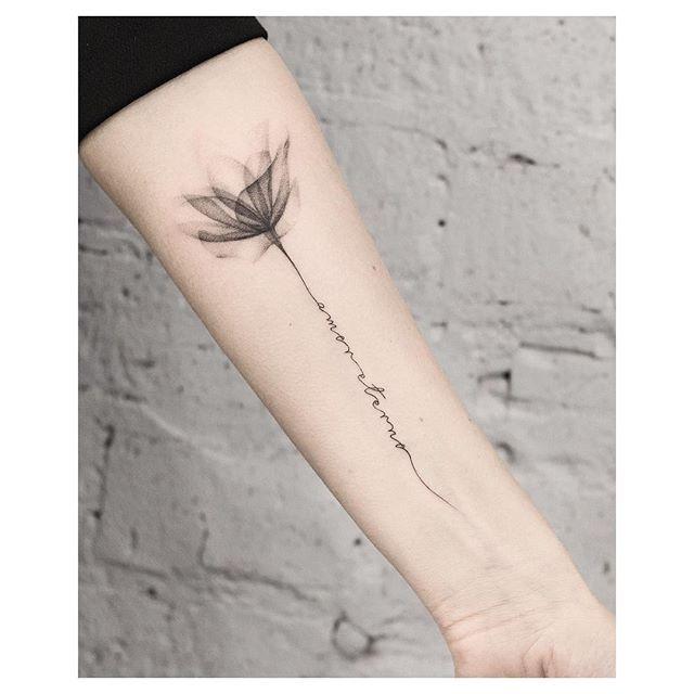 Quem curte as escritas delicadas?  Que frase ou palavra gostaria de tatuar?   Artista: @kottattoo.studio   Nós amamos tanto a arte que estamos também em outros perfis:  @tattoo2us |  @trendstattoo | @piercing2me | @drawing2me #tattoo2me
