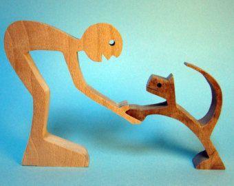 Un uomo un cane; scultura in legno grecata