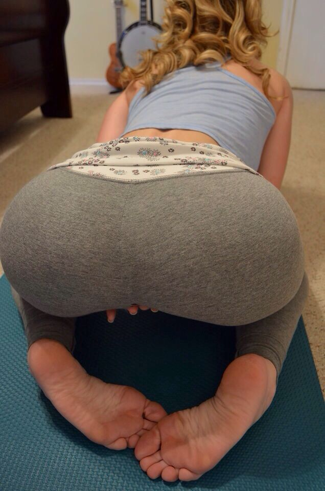 Hot girl yoga pants soles of feet foto 602