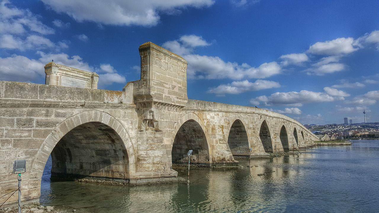 Kanuni Sultan Süleyman Köprüsü-Büyükçekmece-İstanbul Fotoğraf: Ömer Şahin İstanbul'u Avrupa'ya bağlayan tarihi ticaret yolu üzerinde, Büyükçekmece Gölü'nün Marmara Denizi ile birleştiği noktada yapılmıştır. Kanuni Sultan Süleyman Zigetvar Seferi'ne çıkarken buraya köprü yaptırılmasını emretmiştir. Ancak Kanuni Sultan Süleyman Zigetvar Kuşatması'nda vefat ettiği için köprü, oğlu II. Selim zamanında 1567 yılında tamamlanmıştır.