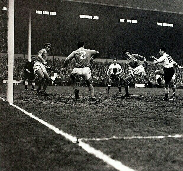 Tottenham 5 Blackpool 2 in Dec 1961 at White Hart Lane. Jimmy Greaves completes his hat-trick on his debut #Div1