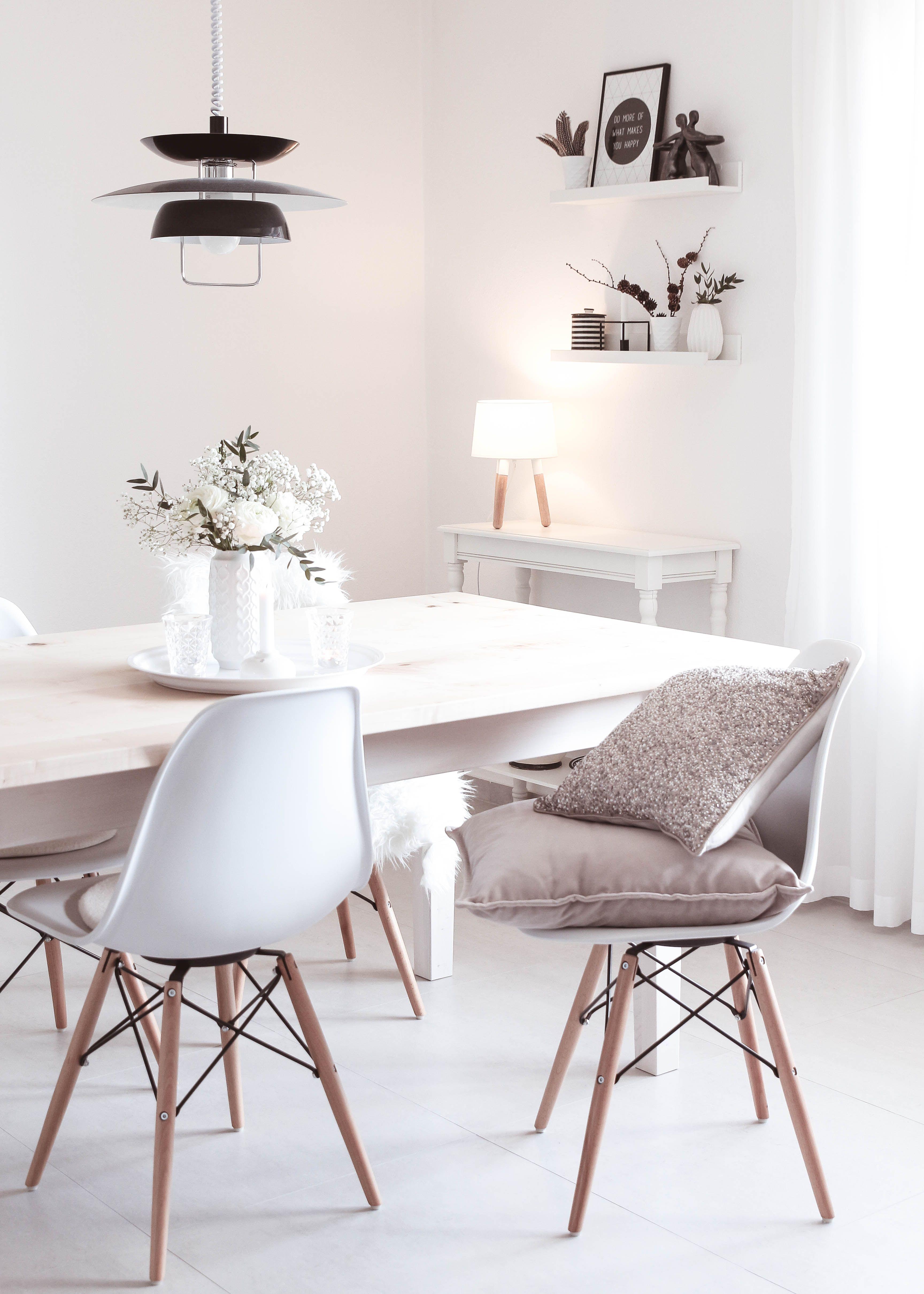 Fruhling Im Wohnzimmer Mit Frischen Fruhlingsblumen Und Neuen Kissen Wohnen Schoner Wohnen Landliches Wohnzimmer